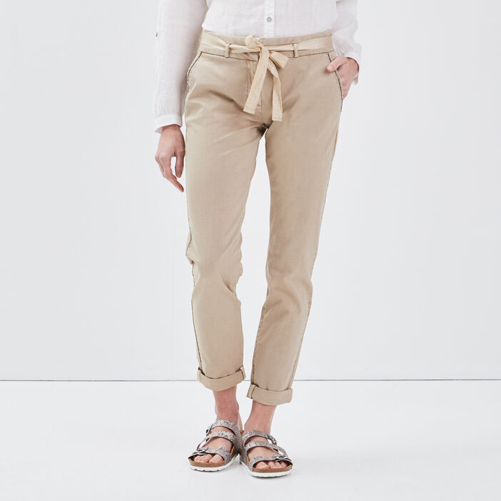 Pantalon chino ajusté ceinturé beige femme